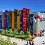 Acht gebouwen met een gevel van 'giant books'