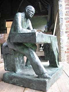 schaalmodel van het standbeeld Simon Vestdijk