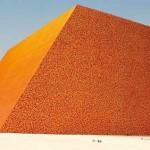 The Mastaba – Christo bouwt sculptuur van 400.000 olievaten in de woestijn van Abu Dhabi