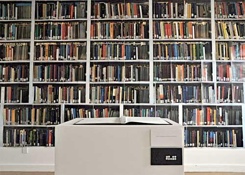 de originele boekenkast die het uitgangspunt was voor het artistsbook 001